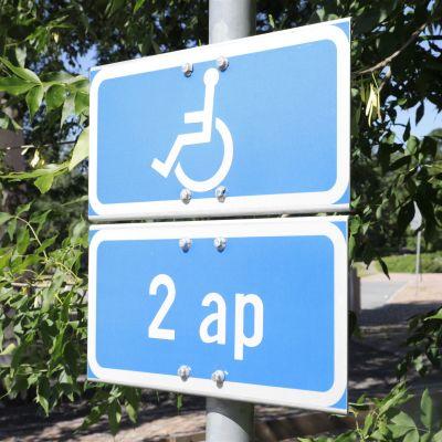 Invalidipysäköinnin liikennemerkki