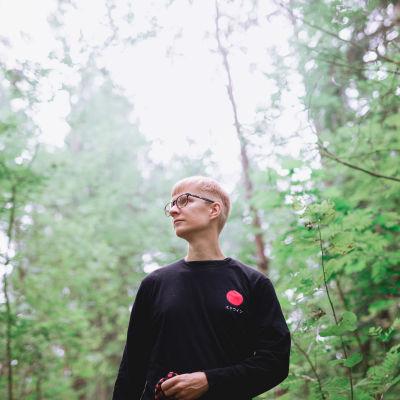 Lauri Achté keskellä vihreää metsää