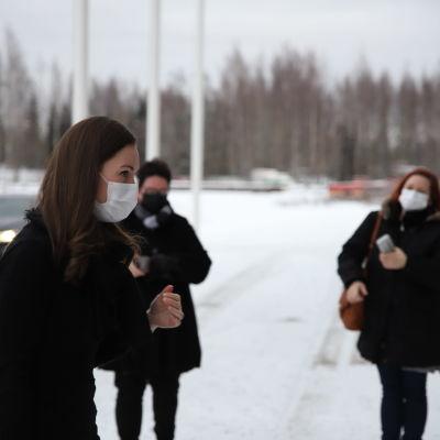 Suomen pääministeri Sanna Marin (sd.) seisoo Atrian pihalla Seinäjolla.