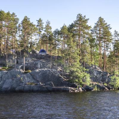 Teltta kallioisessa saaressa.