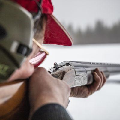 Siilinjärven urheiluampujien puheenjohtaja Seppo Mahlamäki ampuu haulikolla Siilinjärven ampumaradalla