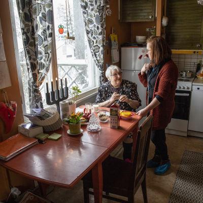 Kuopion kaupungin lähihoitaja Leena Pirinen, Irma asiakkaan luona