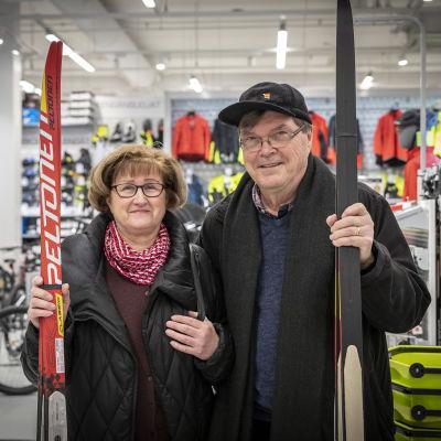 Kuopiolaiset Eero ja Hilkka Sinkki juuri ostettujen suksien kanssa XXL -liikkeessä
