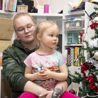 Laura Leinonen ja hänen tyttärensä Aurora kotonaan joulunodotustunnelmissa