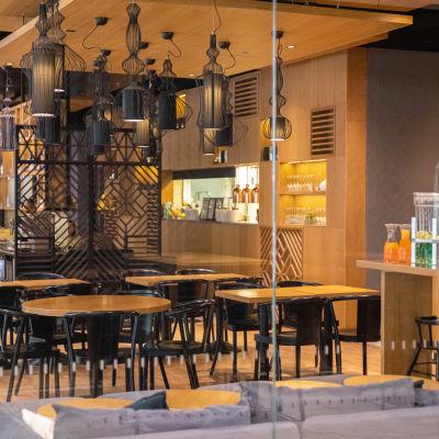 Tang Capital -ravintola Koronaviruksen takia lounasaikaan melkein tyhjillään.