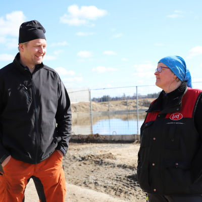 Kyösti ja Saara Marttila seisovat maatilan pihalla.