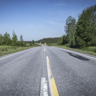 Paikattua asfalttitietä Kuortaneella.