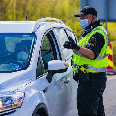 Rajavartija opastaa Suomeen Ruotsista tulevaa asiakasta testipisteelle Tornion rajanylityspaikalla.