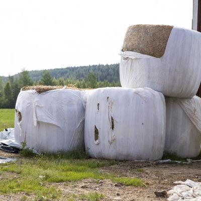 Rikkoutunutta muovia maatilalla Pohjois-Savossa.
