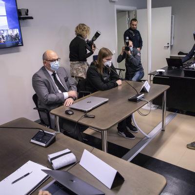 Joel Marin sitter vid ett bord under rättegången mot honom. Bilden är från den 8 september 2020.