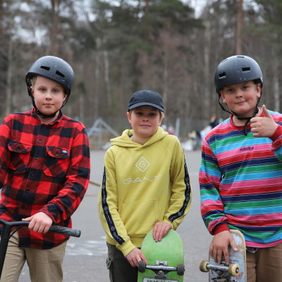 Kuvassa nuoria rullalautailijoita