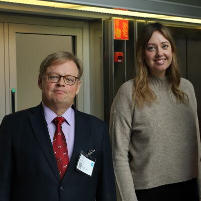 Vartiainen, Haglund och Korkman poserar framför en hissdörr.