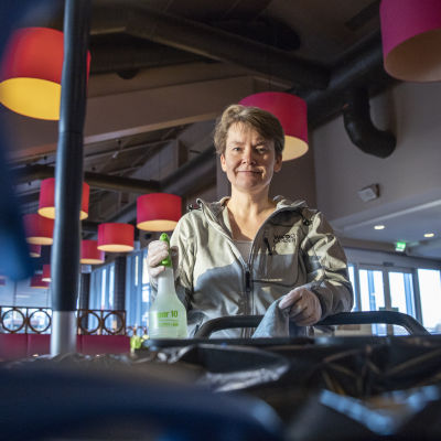 Anu Hokkonane siivoamassa työpaikallansa Koskelon matkakeskuksella