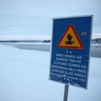 Heikoista jäistä varoittava kyltti Rovaniemellä