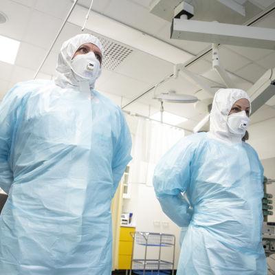 KYS:n henkilökunta harjoittelee suojapukujen pukemista ja käyttöä kuusi kertaa vuodessa.
