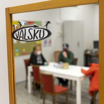 Valsku-hankkeen piirissä olevia ihmisiä pöydän ääressä juttelemassa