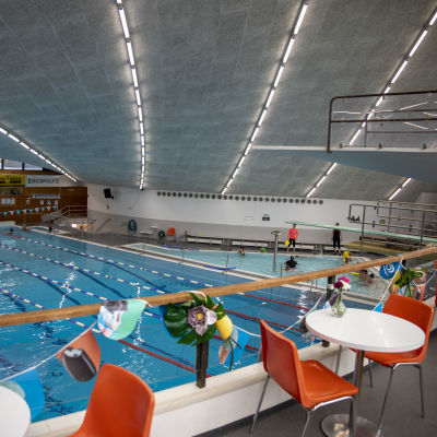 Urheilupuiston uimahallin allas parvelta nähtynä