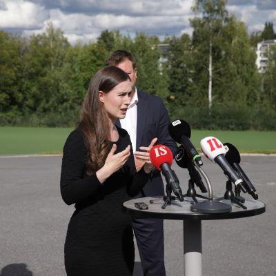 Statsminister Sanna Marin (SDP) talar i mediernas mikrofoner ute.