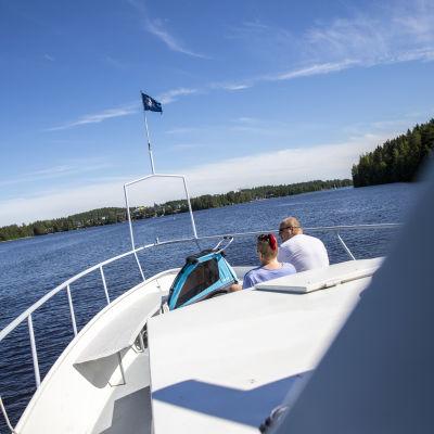 Koski-Laiva Oy alus ajamassa Kallavedellä