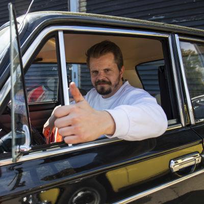 Siperian hummerin yrittäjä Hannu Laurikainen Ministeriladan (Lada 1300, vm. 91) kyydissä