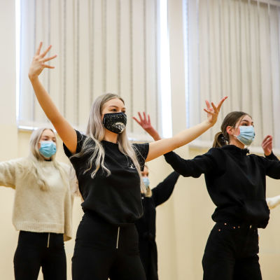 Oppilaita tanssimassa Seinäjoen lukiossa
