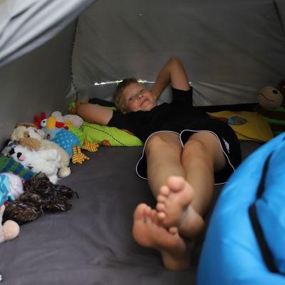Leo Ampuja parvekkeellaan teltassa.