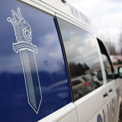 Poliisiauto Kaakkois-Suomen poliisilaitoksen pihalla.