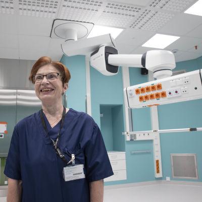Osaston esihenkilö esittelee laitteita sairaalassa.