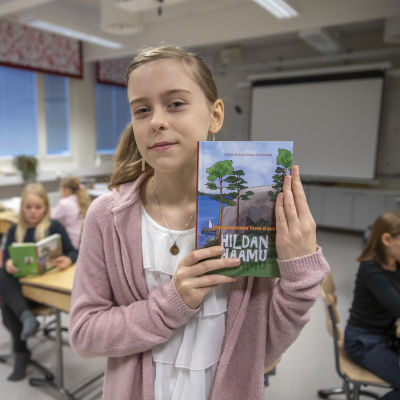 Alina Keski-Mäenpää esittelee Hildan haamu kirjaansa.
