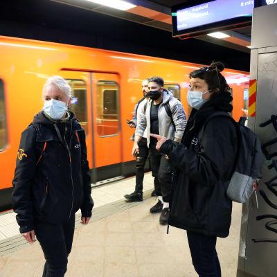 Anki Herlin och Ellis Barco i Helsingfors metro.