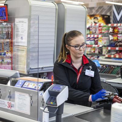K-Citymarket Päivärannan kassoille on asennettu lasipleksisuojat mmyyjien suojaksi