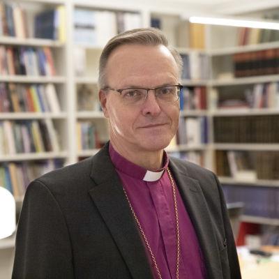 Arkkipiispa Tapio Luoma virkahuoneessaan