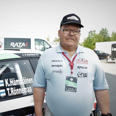 Pohjanmaa Rallin kilpailunjohtaja Erkki Hemminki seisoo kilpailutoimiston edessä Seinäjoella.
