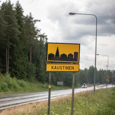 Kaustisen taajaman liikennemerkki valtatie 13 :lla.