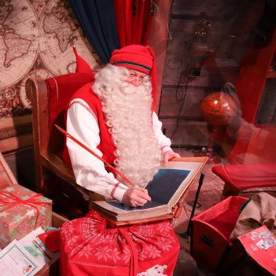 Joulupukki kammarissaan napapiirillä