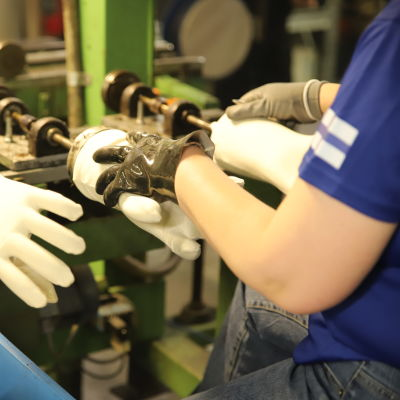 Evijärveläinen Jokasafe Oy valmistaa pvc-pintaisia suojakäsineitä vientiin.