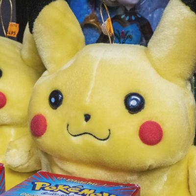 """Kaksi keltaista, pyöreää pehmolelufiguuria, edessään rasiat, joissa lukee teksti """"Pokémon"""""""