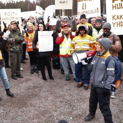 Demonstranter med plakat utanför Postens huvudkontor.