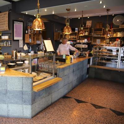 Marni Paananen Moliendo Cafe -kahvilassa.