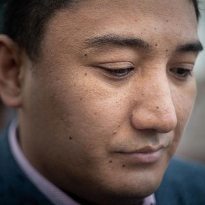 Suomalainen uiguuri Harri Uyghur lähikuvassa.