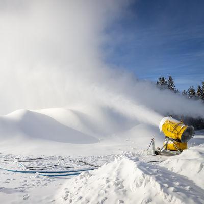 Lumitykit tekevät säilölunta lumikasaan.