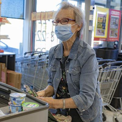 Kemiläinen Elsa Korva pakkaa ostoksiaan Karihaaran K-Marketissa.
