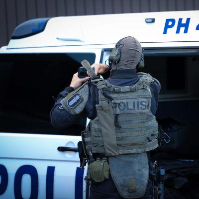 Erikoisvarusteisiin pukeutunut poliisi