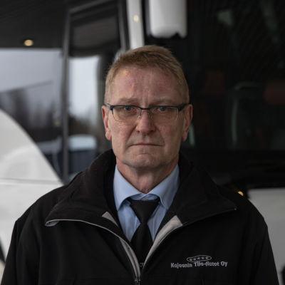 Linja-autokuljettaja Iikka Tolonen henkilökuvassa.