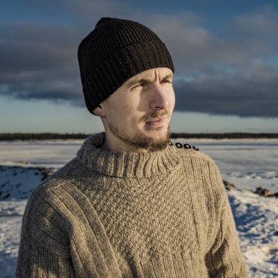 Mies Hailuodon rannalla päällään Tikkuröijy.