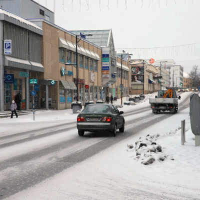 Autoja ja ihmisiä Savonlinnan Olavinkadulla tammikuussa 2021.