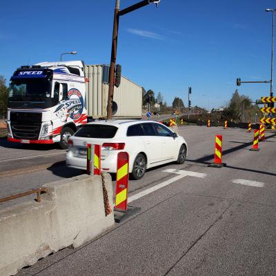 Henkilöauto kääntyy kiertoreitille Hyväntuulentieltä Kotkassa. Toisella kaistalla rekka poistuu kiertoreitiltä.