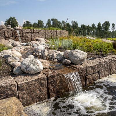 Kaksi pientä vesiputousta Haminan Oolanninpuistossa