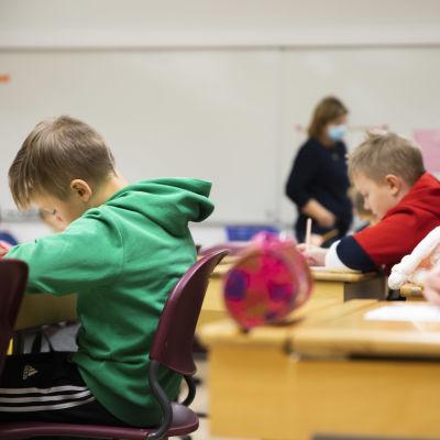 Myllymäen koulun oppilaita oppitunnilla väistötiloissa tammikuussa 2021.