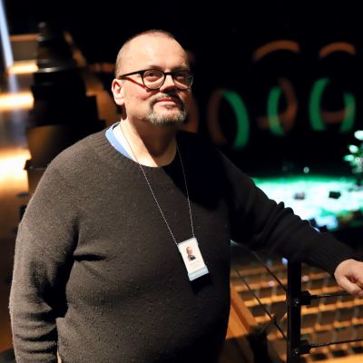 Janne Auvinen seisomassa Verkatehtaan Vanaja-salin katsomossa.